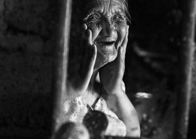 Grand-ma and magic hands (Burma) - Copie
